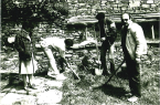 """Исторически момент!!! С Жоро и Петко засаждаме борчето """"12+3"""" в двора на невероятно красивата къща на бате Славчо и Галя в Ковачевица. Марги дава ценни указания."""