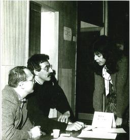 Време за политпросвета - с Чавдар събираме подписи във фоайето на Радиото за отделянето му от Телевизията.